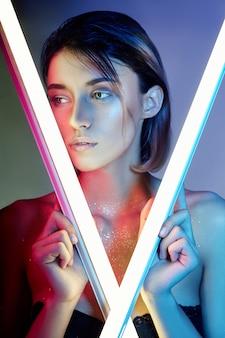 Sexy vrouw in neonlicht in lingerie. neonlichten en verblinding van licht