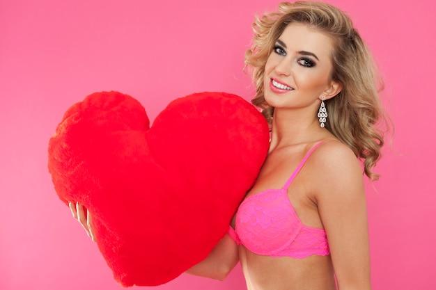 Sexy vrouw in ondergoed en groot hart. gelukkig valentijnsdag concept