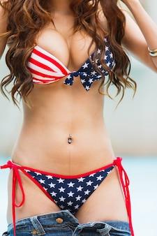 Sexy vrouw in zwempak met de de vlagkleur van de vs