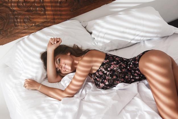 Sexy vrouw liggend op het bed