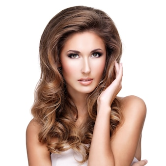 Sexy vrouw met make-up raakt haar mooi lang golvend haar