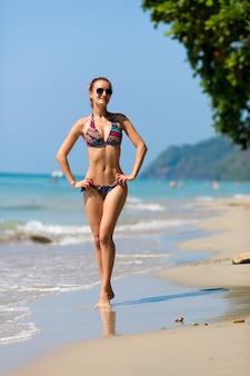 Sexy vrouw zonnebaden in thailand