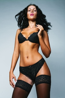 Sexy vrouw. zwarte lingerie en zwart en kousen