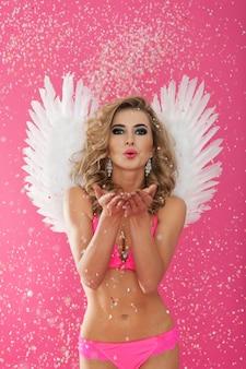 Sexy vrouwelijke engel vieren op valentijnsdag