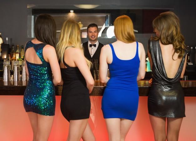 Sexy vrouwen die drankjes bestellen