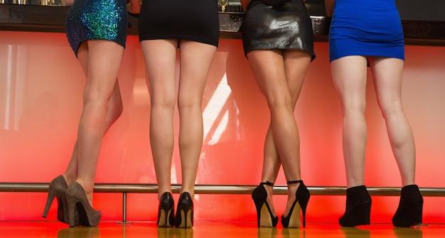 Sexy vrouwenbenen die zich terug naar camera bevinden