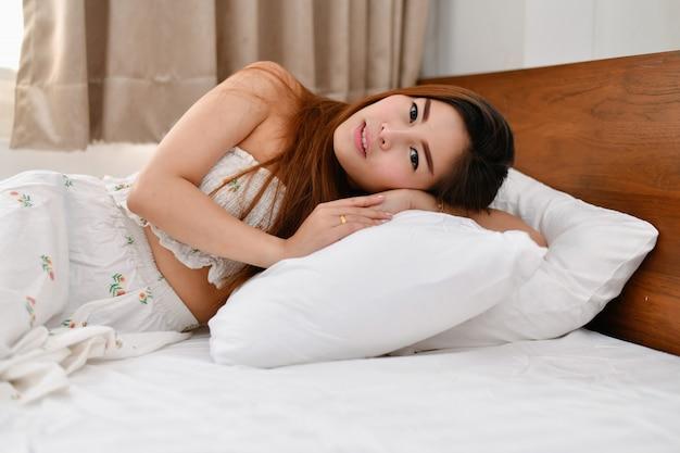 Sexy vrouwenconcept. sexy aziatische meisjes spelen in de slaapkamer.
