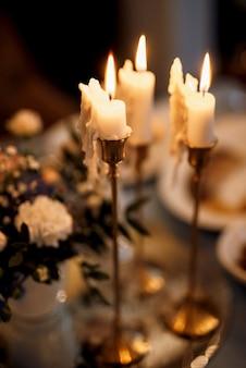 Sfeervol kaarsdecor met levend vuur op de feesttafel