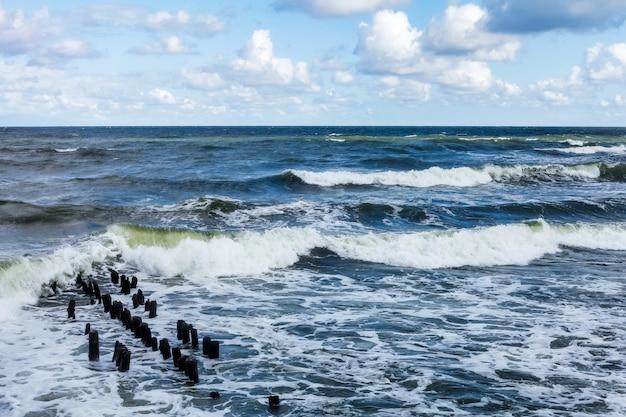 Sfeervol landschap dramatische oostzee, golven en waterspatten op golfbrekers. natuur noorden cloudscape op kust oceaan. omgeving met wispelturig weer, klimaatverandering. stormachtige, abstracte achtergronden