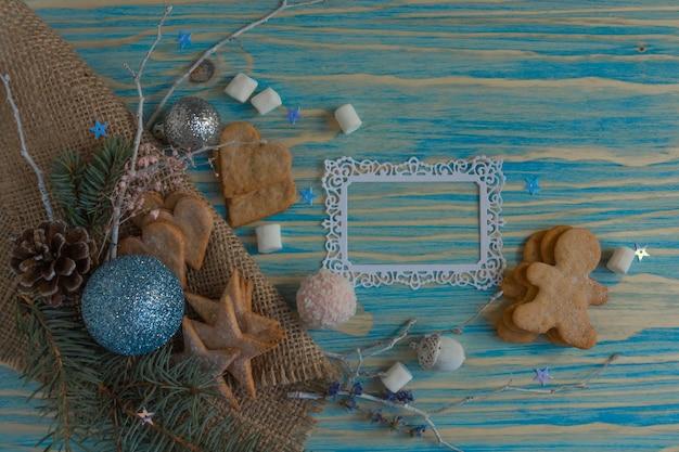 Sfeervolle kerstsamenstelling peperkoek koekjes snoep kaneel blauwe houten achtergrond kopie ruimte