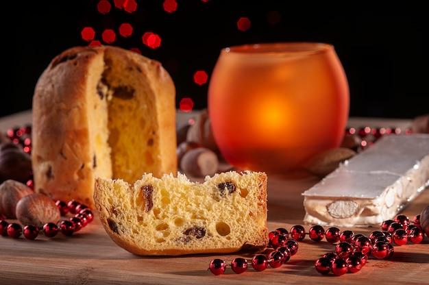 Sfeervolle sfeer voor kerstmis met plakje panettone traditionele cake in italië