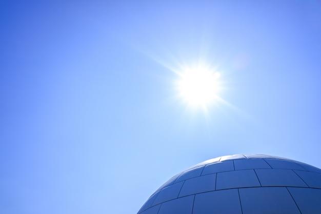 Sferische koepel tegen de blauwe hemel