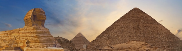 Sfinx tegen de achtergrond van de grote egyptische piramides. afrika, gizeh-plateau.