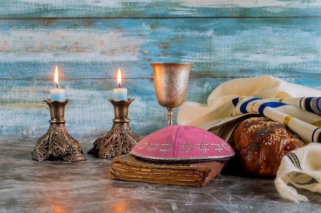 Shabbat challah brood, shabbat wijn en kaarsen op de tafel. bovenaanzicht