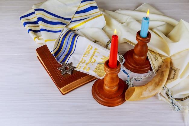 Shabbat vooravond tafel met overdekte kaarsen