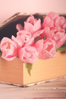 Shabby chic decoratie - roze tulpen in vintage boek