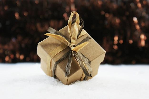 Shabby chic kerstcadeau genesteld in de sneeuw