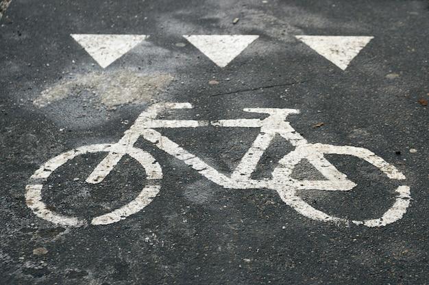 Shabby fiets verkeersbord getekend op het asfalt oppervlak op de moskouse straat