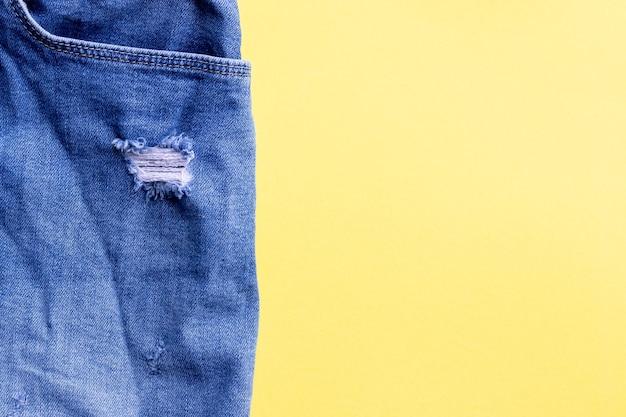 Shabby gescheurde spijkerbroek close-up