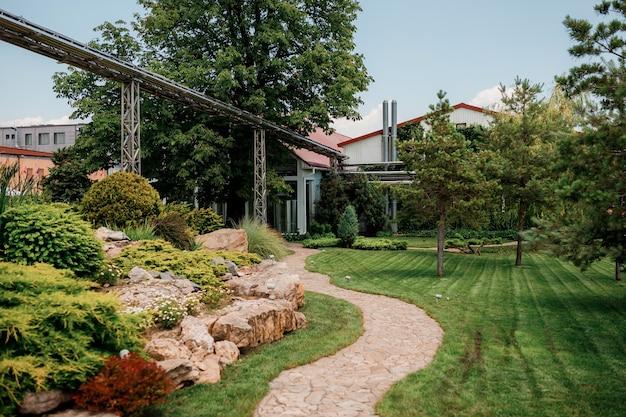 Shabo, oekraïne - 29 juni 2021: kleine tuin in de shabo-wijnmakerij, regio odessa, oekraïne