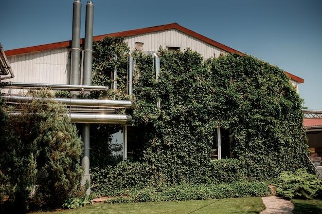 Shabo, oekraïne, 29 juni 2021: moderne industriële gebouwen in de shabo-wijnmakerij, regio odessa, oekraïne