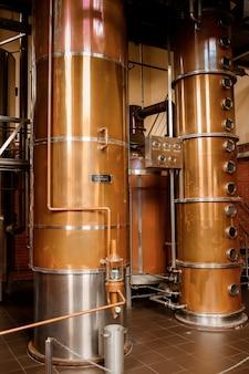 Shabo, oekraïne-29 juni 2021: shabo-wijnfabriek. moderne apparatuur voor het maken van cognac.