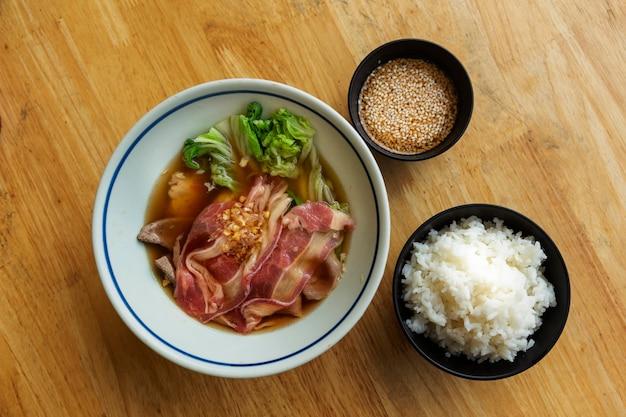 Shabu-set met gekookt varkensvlees en condotion met rijst op hete soep als japans voedselconcept