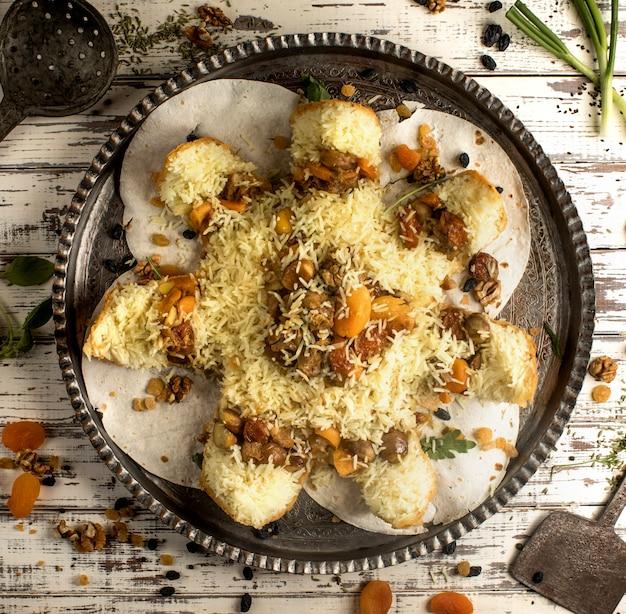 Shah pilaf traditionele azerbeidzjaanse rijstschotel met gedroogde vruchten in knapperige flatbread
