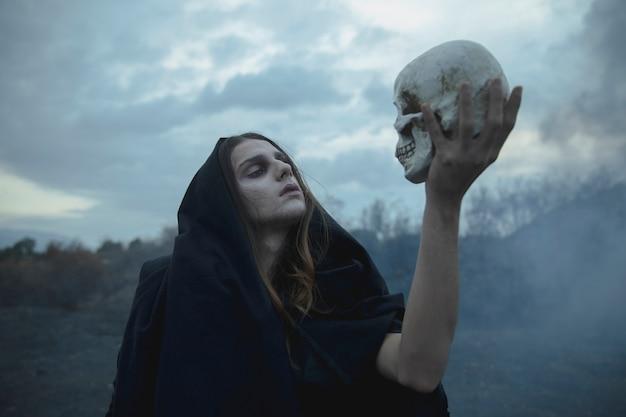 Shakesprearisch idee van een man die een schedel vasthoudt