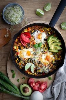 Shakshuka, gebakken eieren in tomatensaus voor paasbrunch