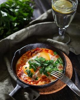 Shakshuka in een gietijzeren pan als ontbijt