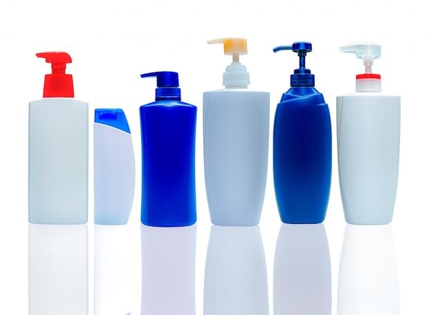 Shampoo en conditioner plastic fles en dispenserpomp. cosmetische fles geïsoleerd. lichaamszeep en douchegel verpakking. fles met vloeibare zeep. bodylotion container. lichaamsverzorging en schoonheidsproducten.
