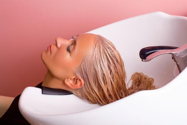 Shampoo wassen van vrouwelijk blond haar