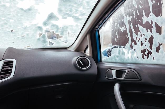 Shampooschuim op de voorruit van de auto