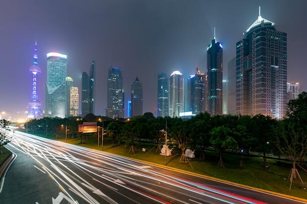 Shanghai bij lujiazui-financiën en bedrijfs de wolkenkrabber van de handelszone van de handel in nacht, shanghai china