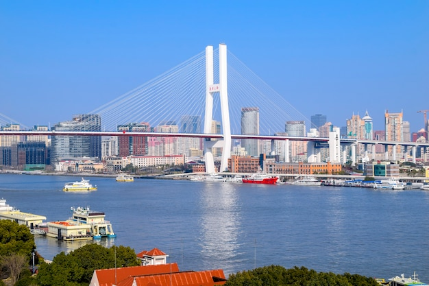 Shanghai, china - 18 februari 2021: nanpu-brug is de eerste brug die de huangpu-rivier oversteekt vanuit het centrum van shanghai en verbindt deze met het pudong-district aan de overkant van de rivier.