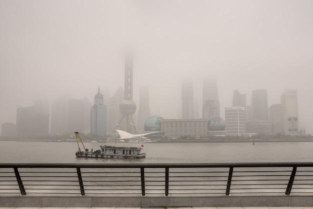 Shanghai, china ernstige vervuiling hangt boven de stad, pudong business district, gebouwen in lujiazui zijn gehuld in zware smog.