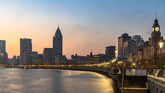 Shanghai in de ochtend. bund in shanghai is een beroemd waterfrontgebied in centraal shanghai, china.