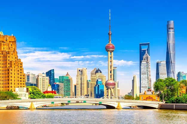 Shanghai pudong skyline met historische waibaidu brug