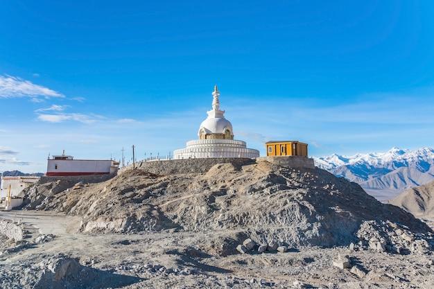 Shanti stupa op een heuvel in changpa, district leh, regio ladakh, jammu en kasjmir, noord-india