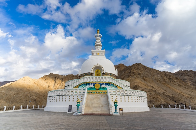 Shanti stupa op een heuveltop in changpa, leh-district, ladakh-gebied, india