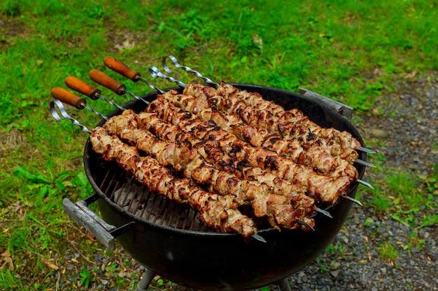 Shashlik op barbecuegrill grillen. selectieve aandacht
