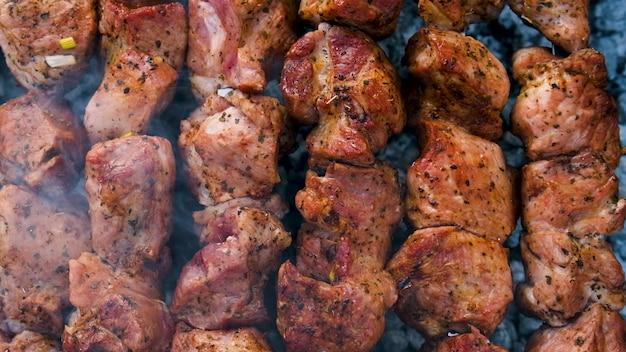 Shashlikvlees om aan spiesjes te bakken. selectieve aandacht. voedsel.