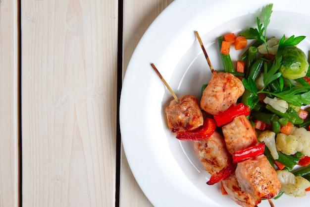 Shashlyk met geroosterde groenten