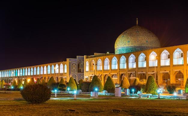 Sheikh lotfollah-moskee op het naqsh-e jahan-plein van isfahan, iran