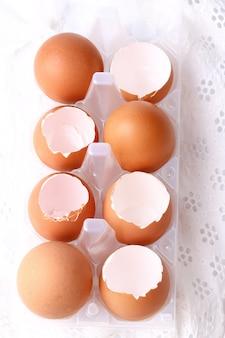 Shells van kippeneieren op witte kantachtergrond