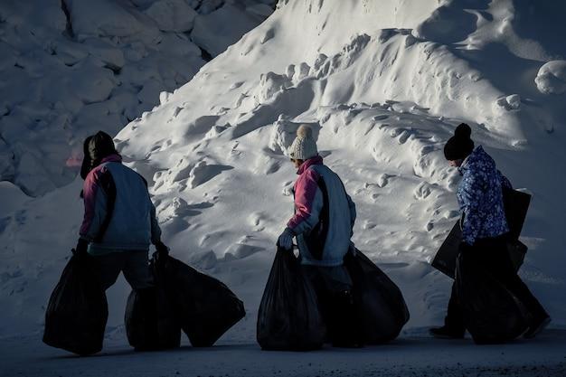 Sheregesh, rusland - 4 december 2018: mensen lopen op ijzige sheregesh.