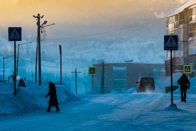 Sheregesh, rusland - december 4, 2018: siberische stad sheregesh bij dageraad bij -29 graden celsius.