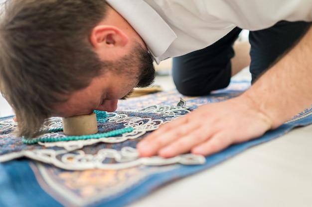 Shia moslim mensen gebruiken ze een steen van karbala om te bidden