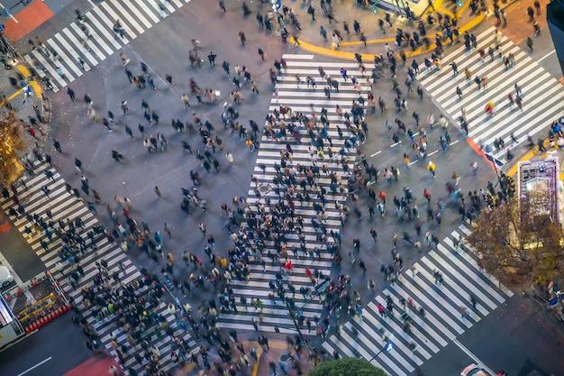 Shibuya crossing van bovenaanzicht 's nachts in tokio, japan (langzame sluitertijd vervagingseffect)